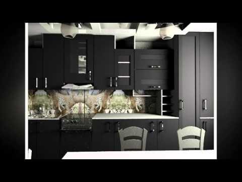 дизайн темной кухонной мебели со светлой столешницей, черно-белыми полками, темными обоями