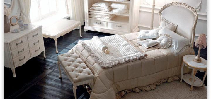 Спальня в классическом стиле с деревянными полами