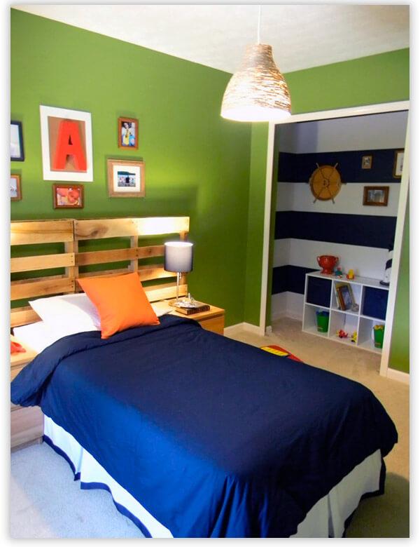 Мебель из паллет в комнате для школьника