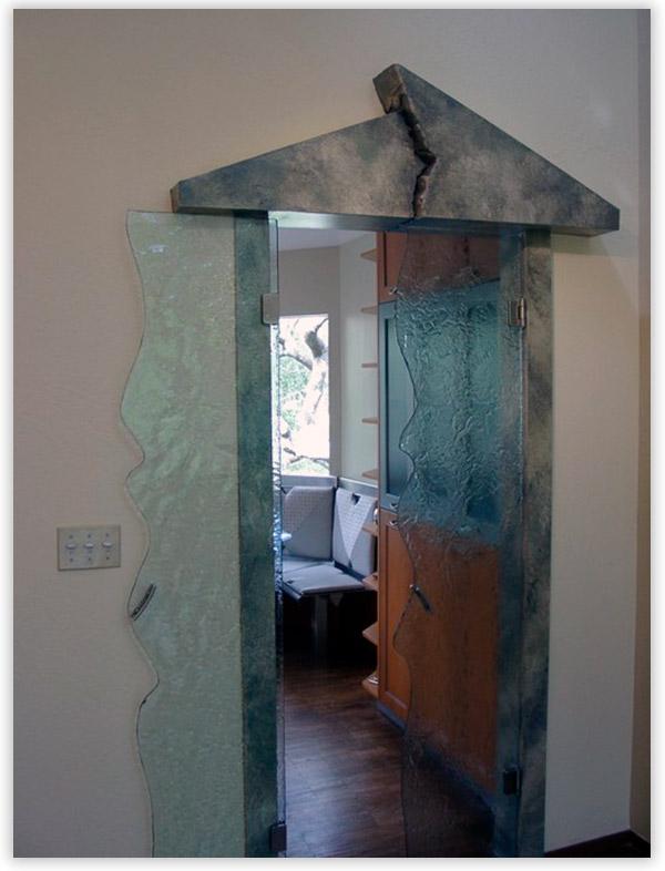 стеклянная фигурная дверь