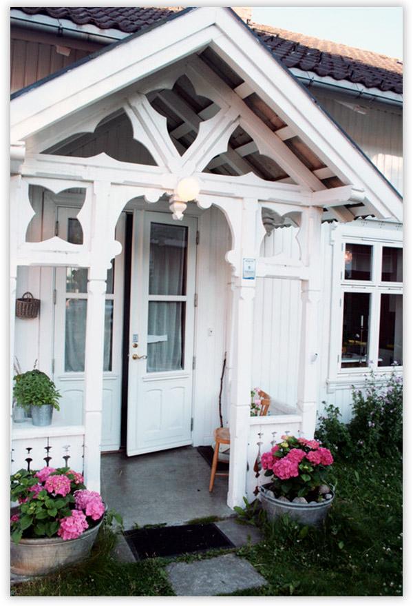 крыльцо для частного дома из дерева и камня