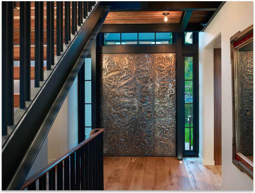 дверь с металлическим орнаментом