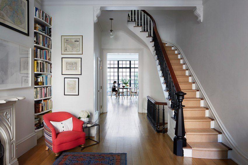 дизайн прихожей с лестницой