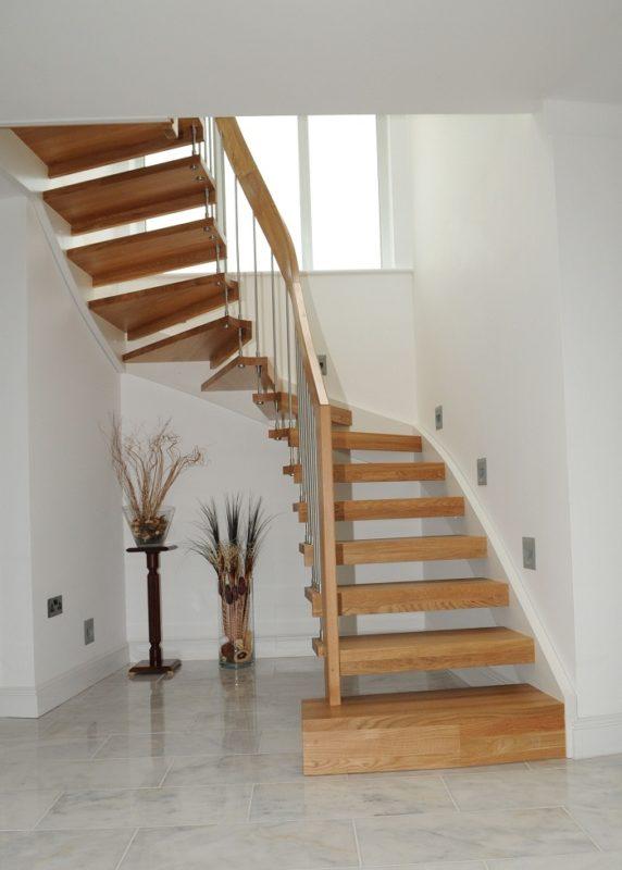 интерьер прихожей с лестницой