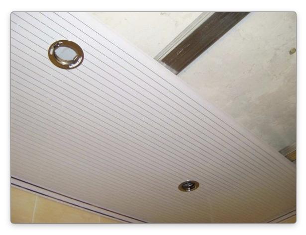 Ремонт потолка пластиковыми панелями